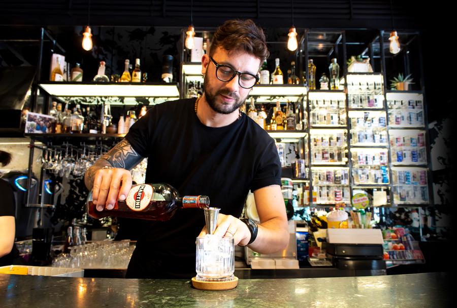 Gigi Che Prepara Un Martini Cocktail